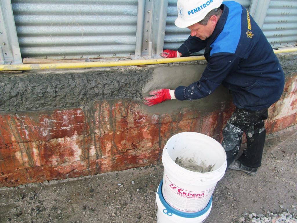 На разрушенную поверхность наносится ремонтный состав Скрепа М500 Ремонтная вручную или с помощью расворонасоса.