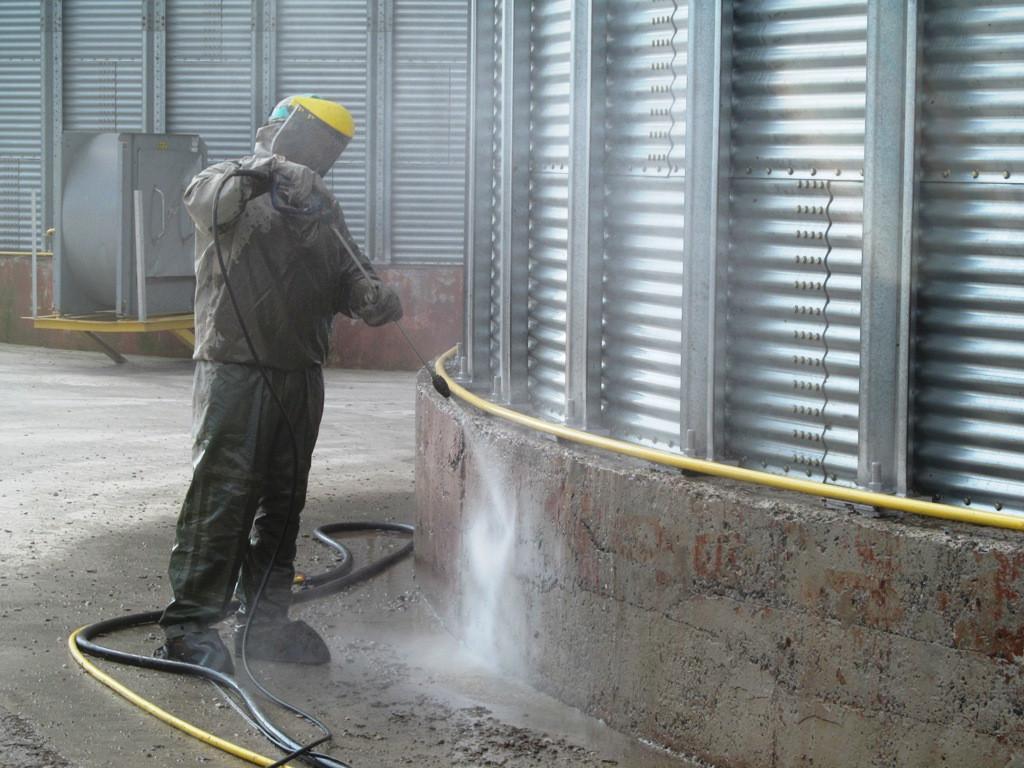 Для повышения водонепроницаемости бетона и его морозостокости, необходимо очистить и увлажнить бетонную поверхность с помощью водоструйного аппарат высокого давления
