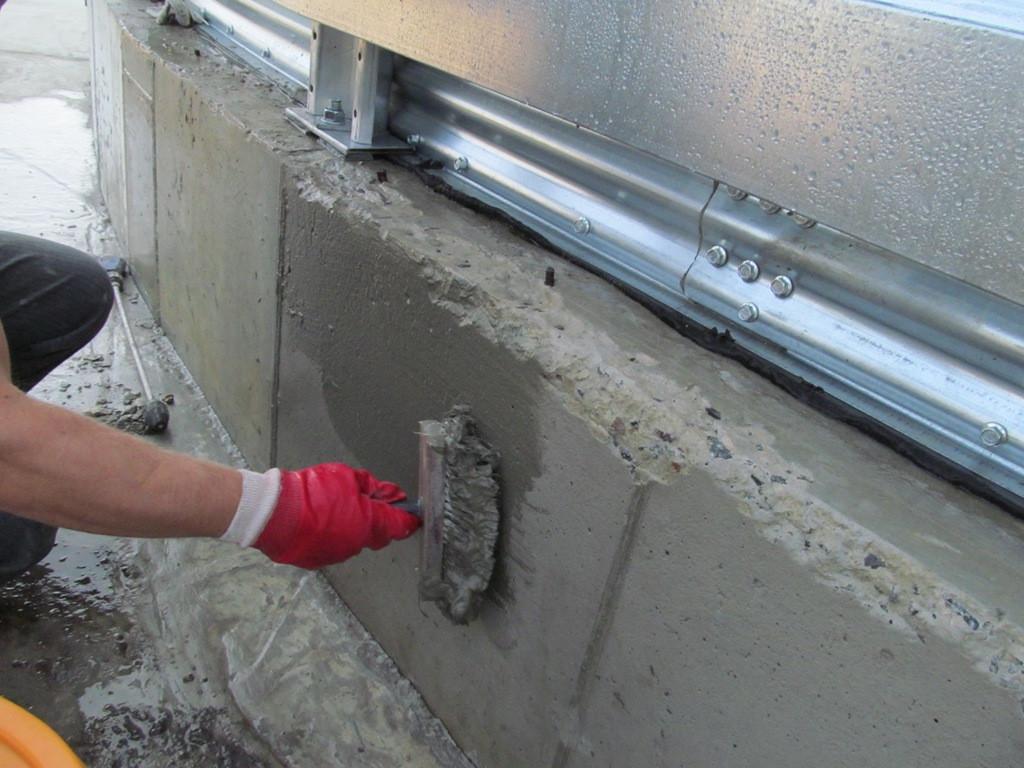 На бетон наносится проникающая гидроизоляция Пенетрон. нанесение производится вручную с помощью щетки или растворонасосом с распылителем.