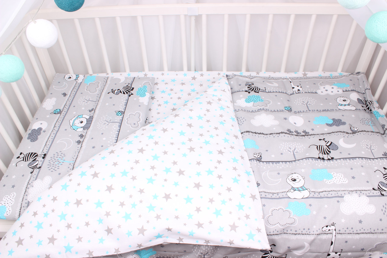 Постельное белье в детскую  кроватку мишки и жирафы с голубыми облаками на сером