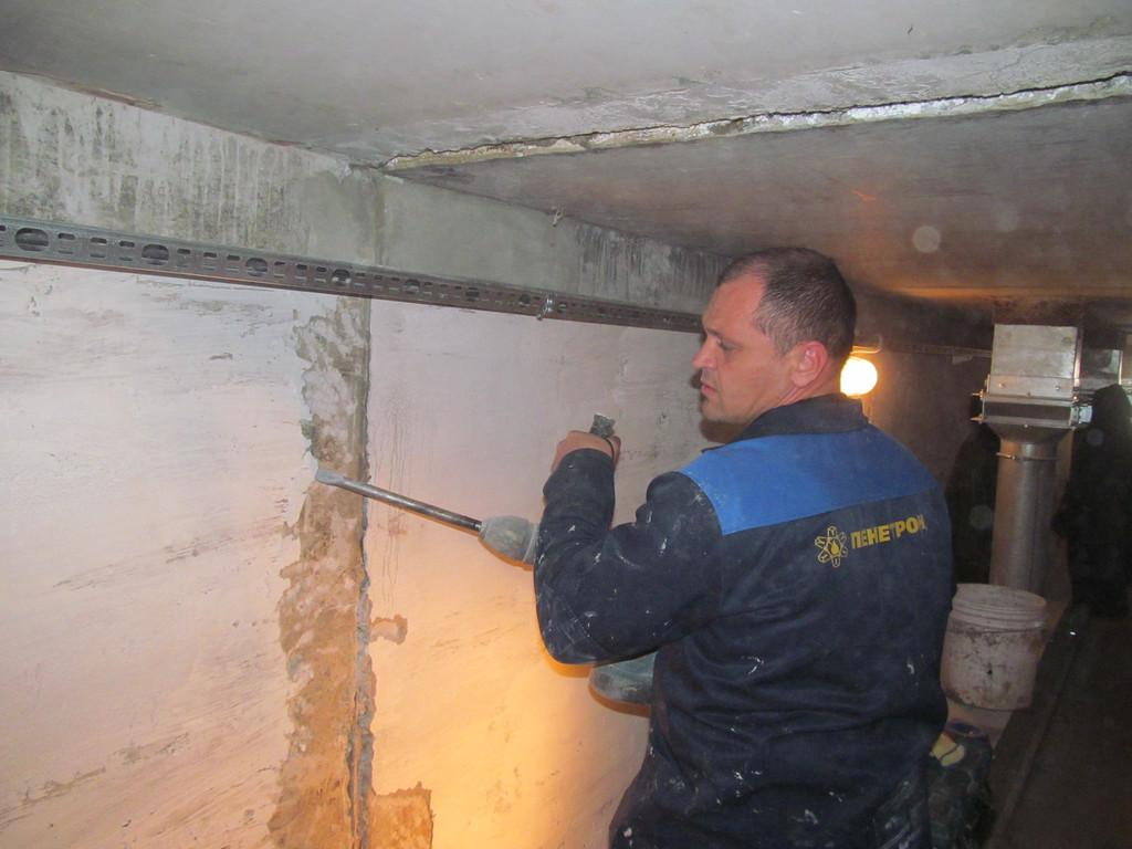 В полости швов демонтируется заполнитель и удаляется старый и рыхлый бетон.