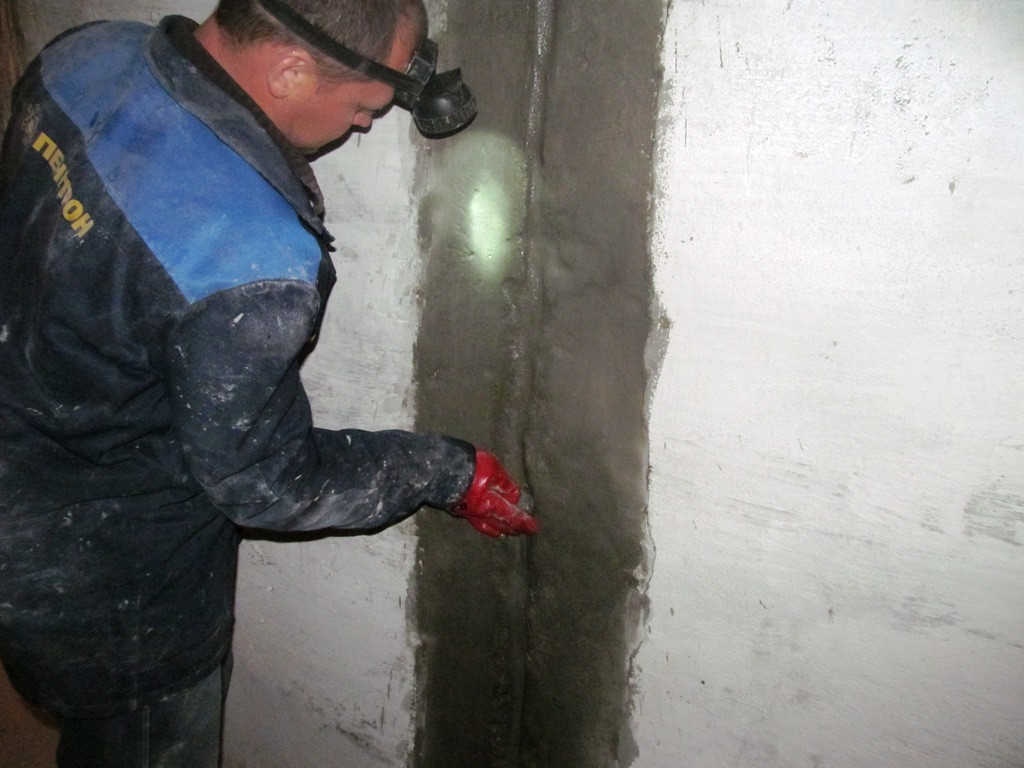 Полость швов заполняется шовным составом Пенекрит, который позволяет блокировать протекания воды в момент выполнения работ по наклеиванию ленты