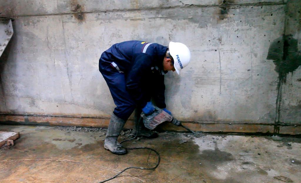 Для герметизацции холодных швов, вдоль примыкания стена-пол устраивается штраба, сечением 2х2см. Полость штрабы очищается от пыли и многократно увлажняется