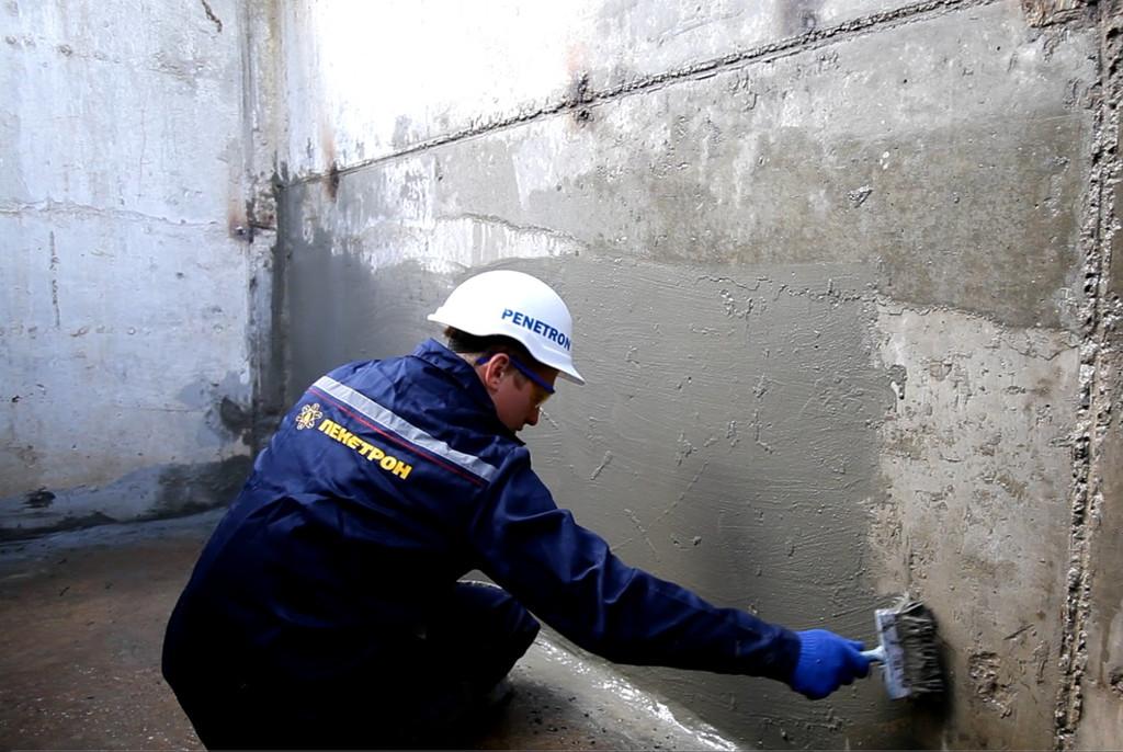 Для устранения протекания воды через бетон, на поверхность стен и пола наносится проникающая гидроизоляция Пенетрон. За счет кристаллизации пор бетона в глубину до 50 см, вода из бетона полностью вытесняется.