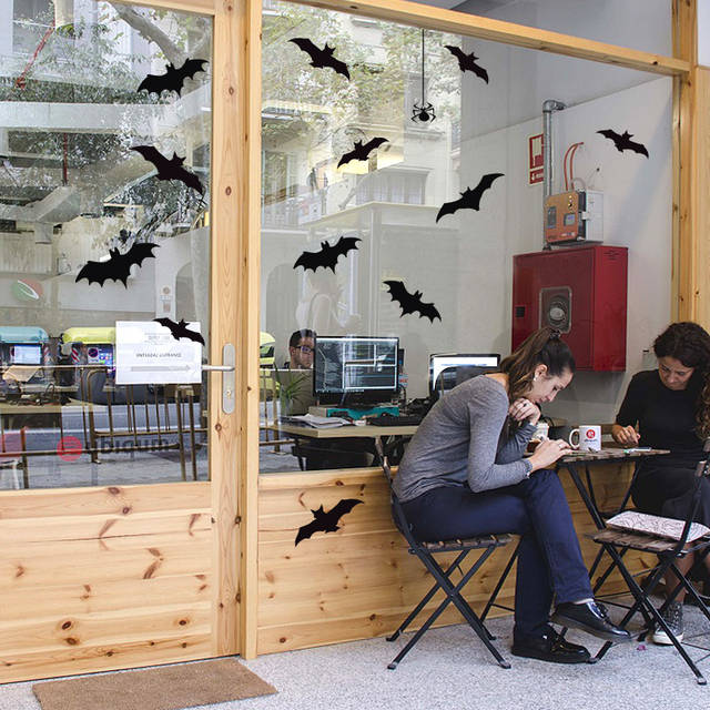 фото украшение витрин на хелоуин, декор витрины на хеллоуин летучие мыши