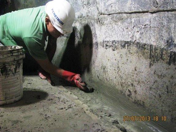 В полость шва укладывается шовный материал Пенкрит, который быстро схватывается и счет своей водонепроницаемости и безусадочности, блокирет протекание воды в помещение.