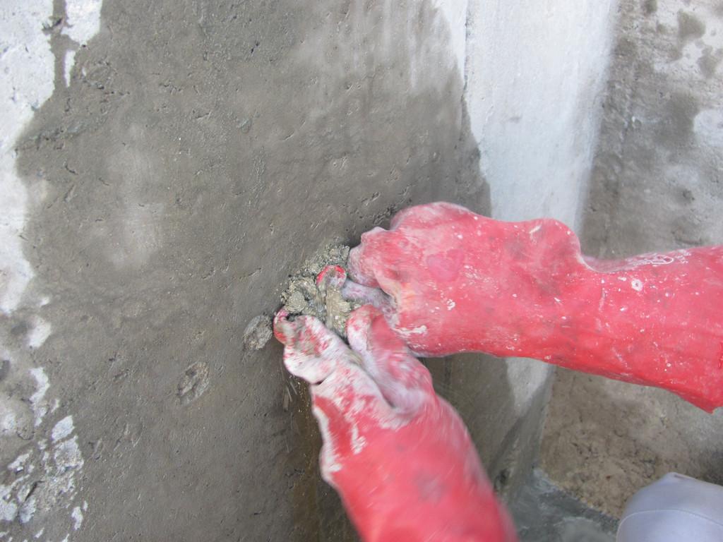 В рассверленную полость отверстия плотно укладывается шовный материал Пенекрит. Если в отверстии имеется напорная течь, то ее блокируют с помощью быстросхватываемого состава Пенеплаг