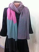 Широкий трикотажный полосатый шарф в розово серых тона