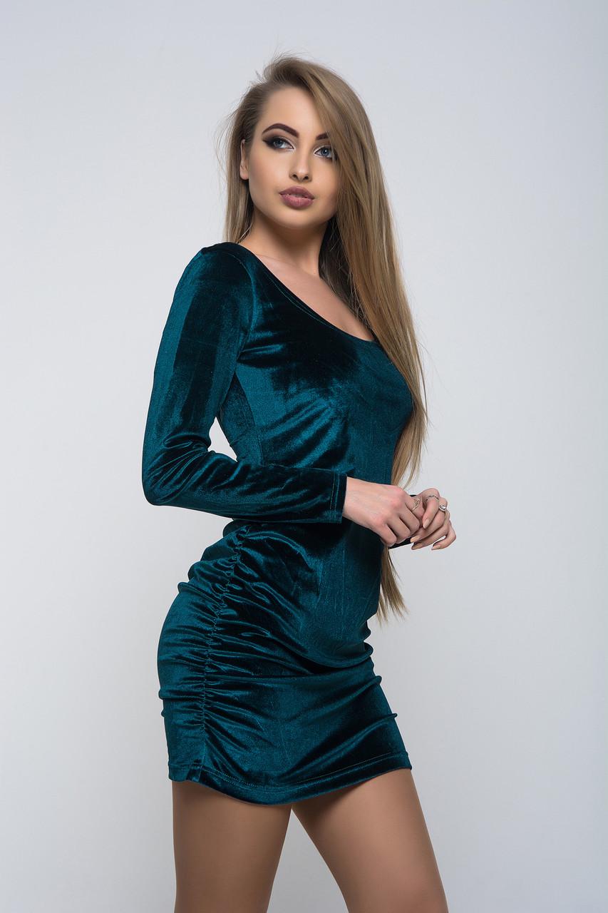 Женское платье из бархата с открытой спиной