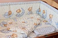 Защита (бампер) в детскую кроватку из двух частей Мишка в пижамке голубой
