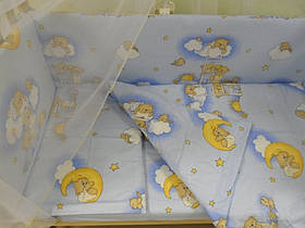 Защита бампер в детскую кроватку Мишка на лесенке голубой