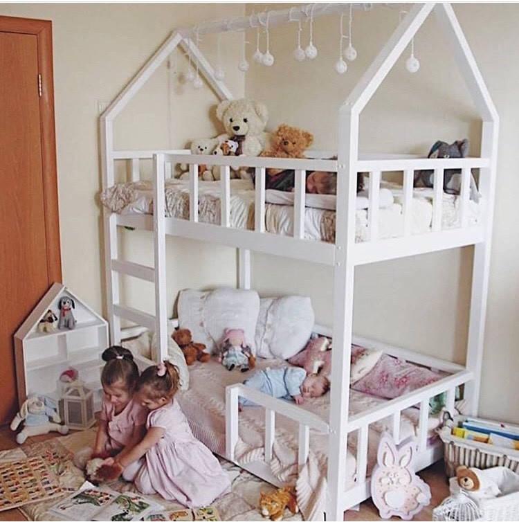 Двухэтажный  домик-кровать с бортиками