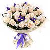 Изысканный букет из роз и ирисов «Ванильное небо»