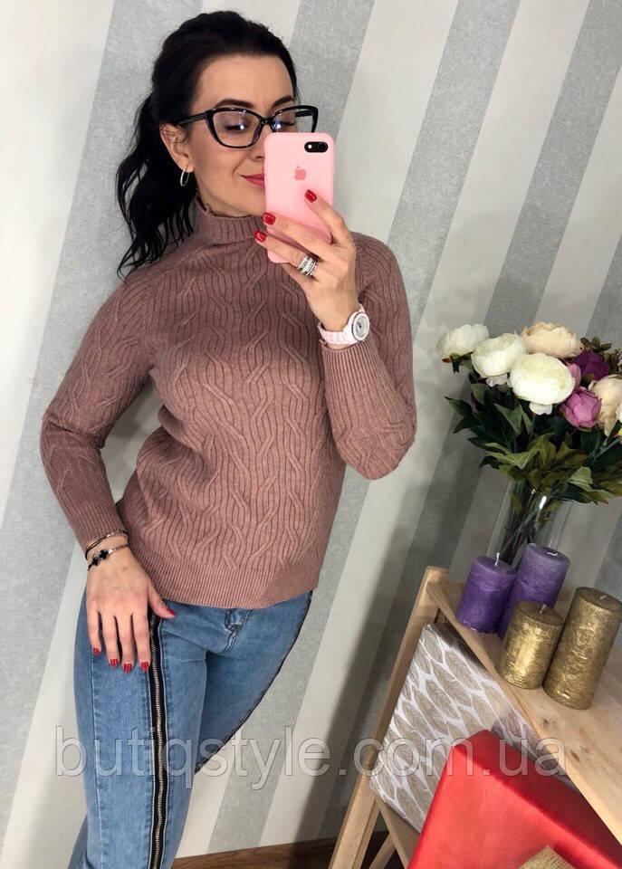 Женский вязаный свитер с фигурной вязкой