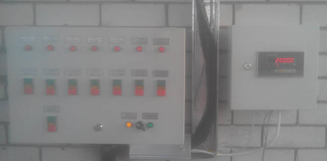 Шкаф с весовым индикатором справа, с лева установлен шкаф управлением наливом нефте-продуктов в емкость.