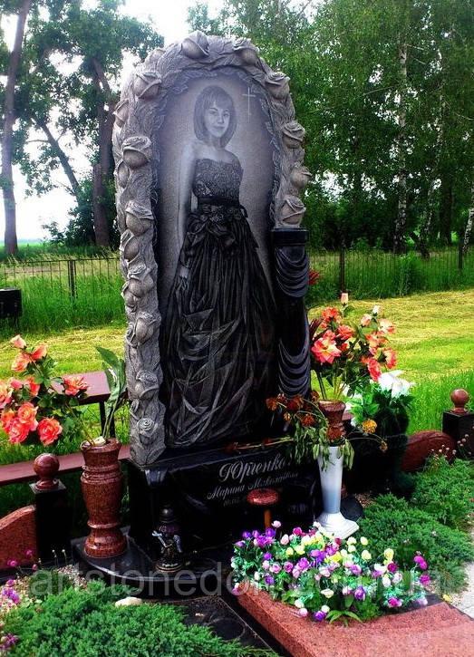 Памятник во весь рост Розы