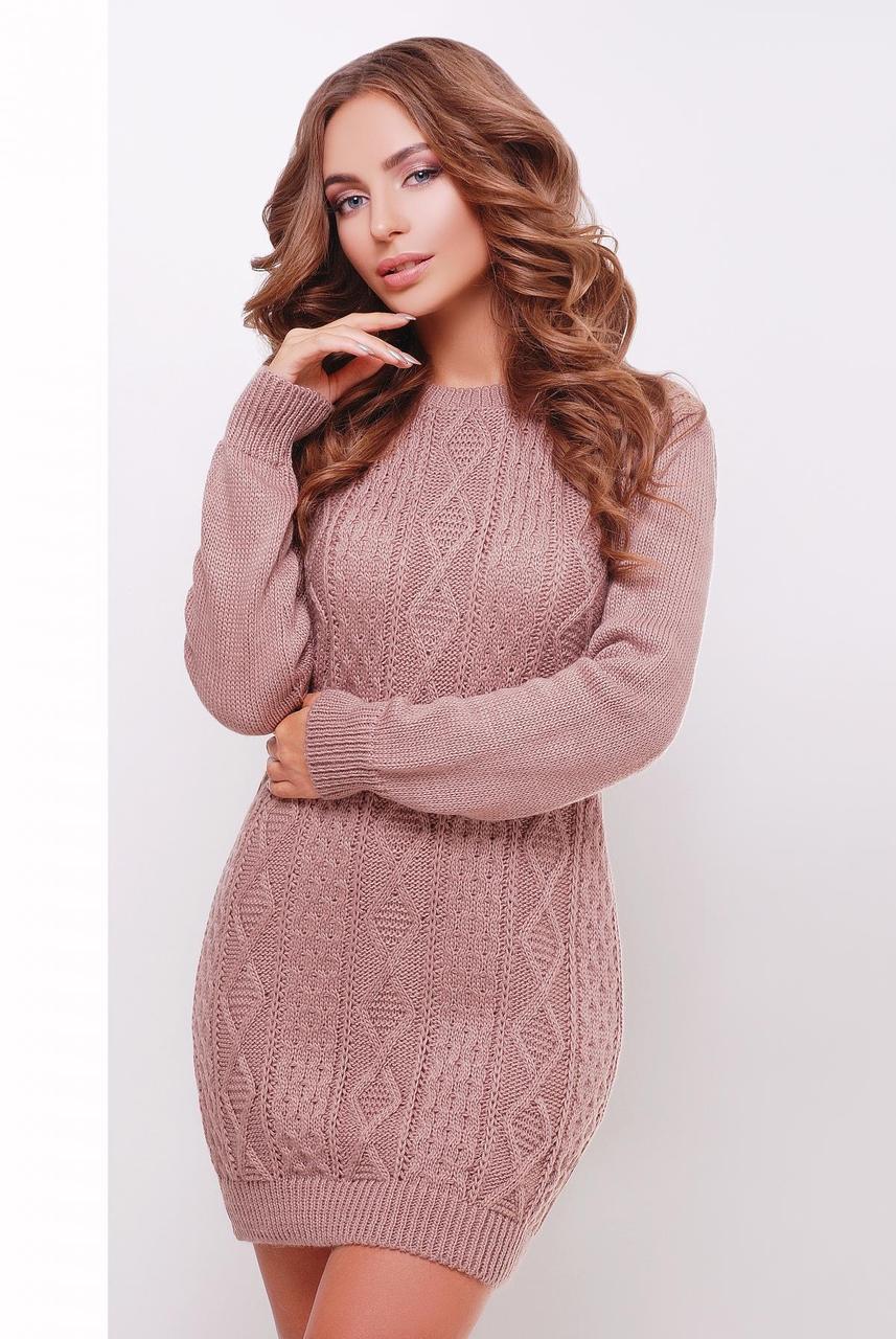 Стильное теплое вязаное короткое платье-туника с фактурным узором цвет фрез