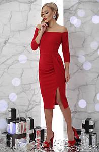 Коктейльное платье по фигуре миди длины с открытыми плечами и драпировкой Амелия д/р красное
