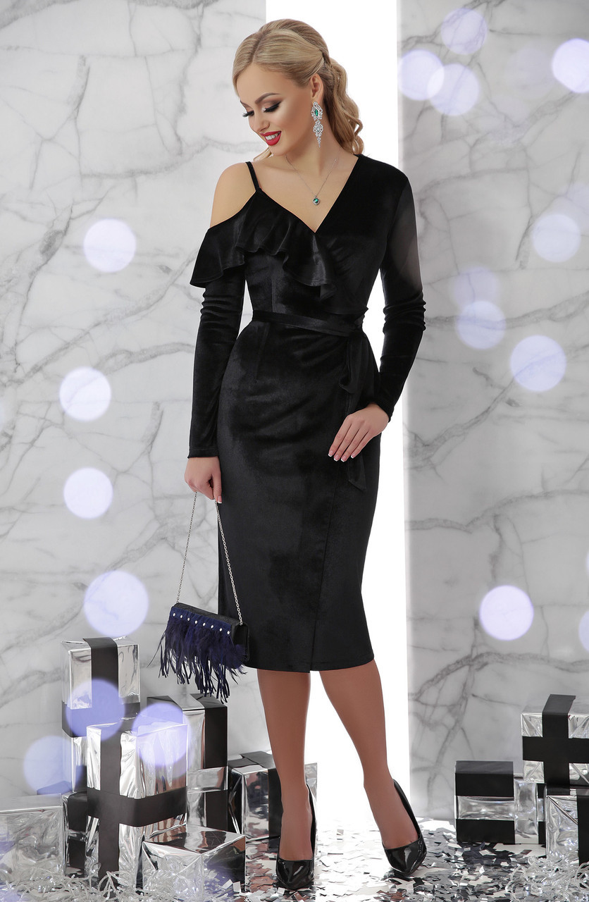 Черное велюровое платье по фигуре ниже колен с оборками и открытым плечом Валерия д/р