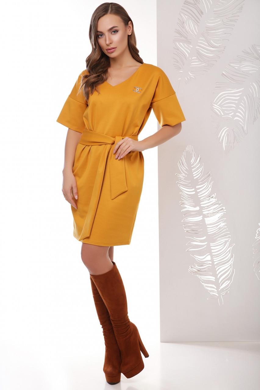 Модное платье до колен прямое с пояском и короткими рукавами цвет горчица