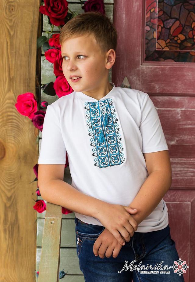 Вишиванка для хлопчика Дем янчик з синім орнаментом стане прекрасним  доповненням до дитячого гардеробу в цьому сезонні. Така вишиванка або вишита  футболка ... 0f8b442421fae
