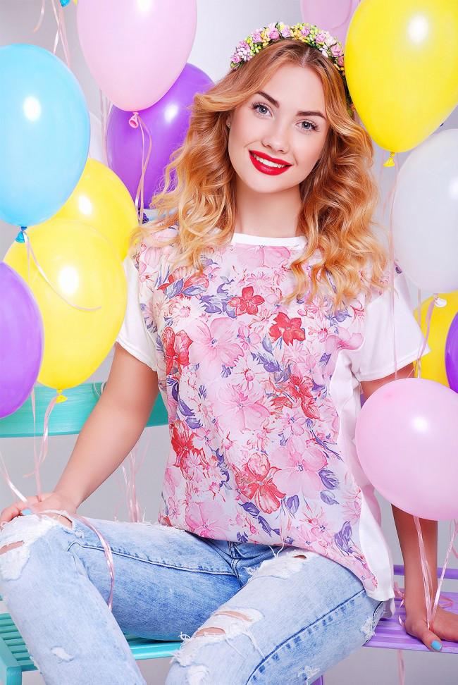 """Свободная женская розово-белая футболка с коротким рукавом и нежным цветочным принтом """"Air"""""""