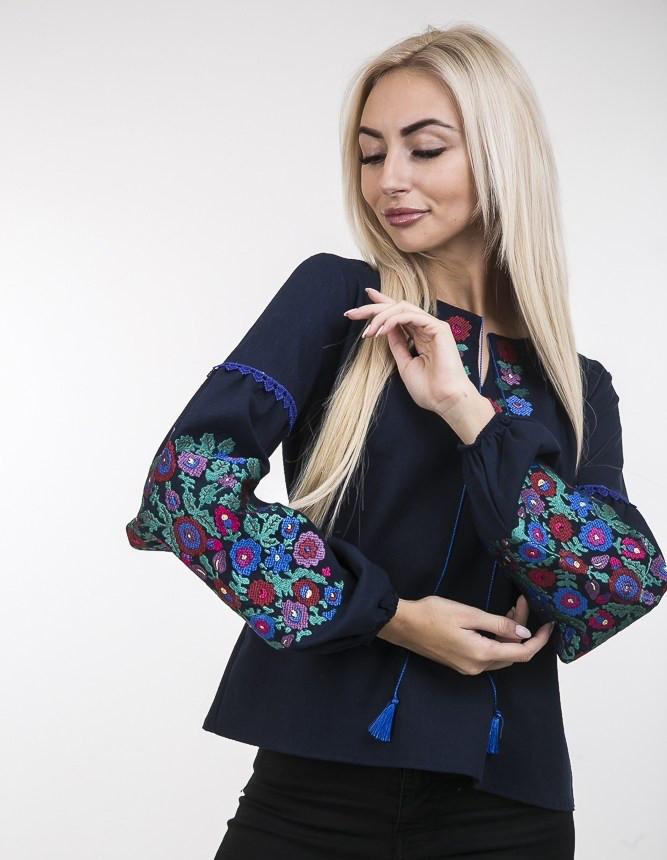 Элегантная вышитая блузка с ярким цветочным узором темно-синяя