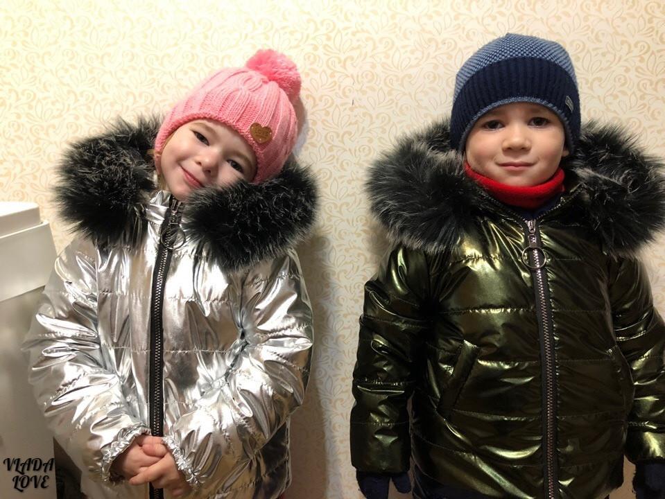 Утепленный зимний детский костюм металлик на синтепоне и меху: полукомбез и куртка с капюшоном с пышным мехом