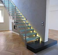 Лестница металлическая с стеклянными ступенями
