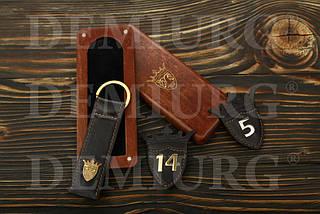 Комплект - брелоки и номерки из кожи (эксклюзивный дизайн) в упаковке из натурального дерева