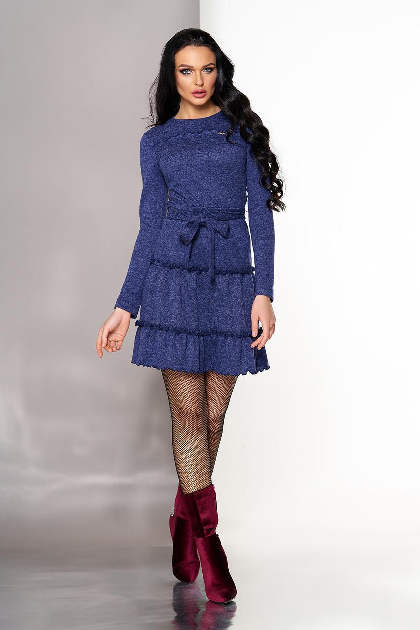 Красивое трикотажное платье с рюшами синее