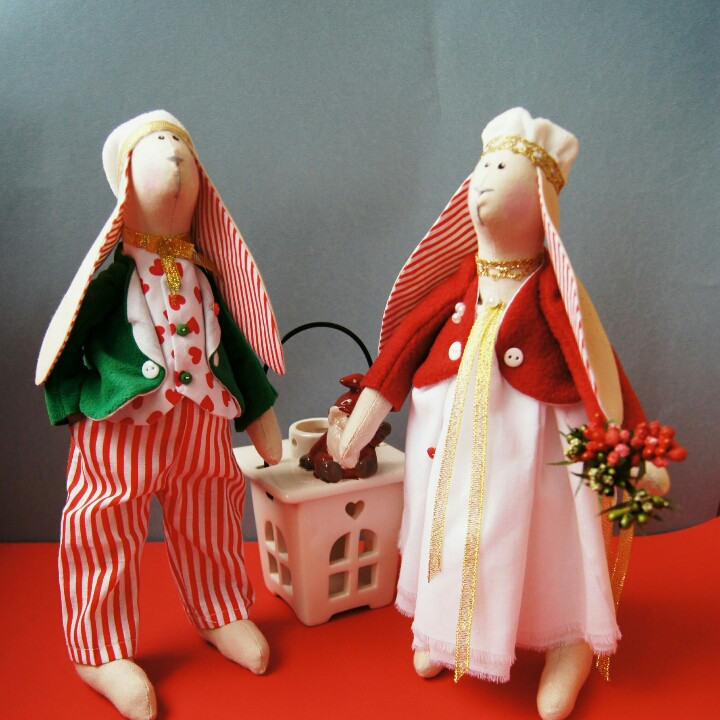 Кролики в стиле Тильда ко Дню влюбленных в красном