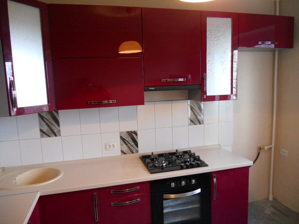 Кухня с бордовыми фасадами