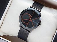 Кварцевые наручные часы Calvin Klein mini черного цвета, золотистый логотип, кольчужный браслет