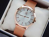 Кварцевые наручные часы Calvin Klein золотистые, метки на серебряном циферблате, кольчужный браслет, фото 1
