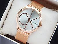 Кварцевые наручные часы Calvin Klein золотистые, большой логотип на серебряном циферблате, кольчужный браслет, фото 1