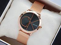 Кварцевые наручные часы Calvin Klein mini золотистые, большой логотип на черном циферблате, кольчужный браслет, фото 1