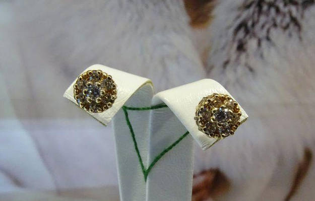 Классические золотые серьги - гвоздики