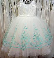 Пышное бело-бирюзовое нарядное детское платье с вышивкой на 5-7 лет