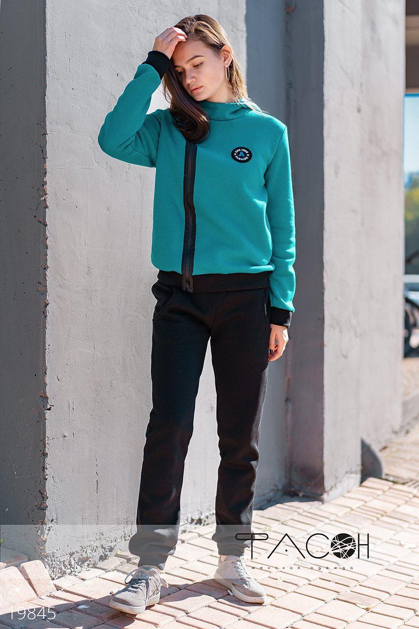 Спортивный теплый с начесом костюм женский: кофта на молнии сбоку и штаны на манжетах
