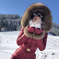 Марсаловый зимний женский комбинезон с натуральным мехом енота