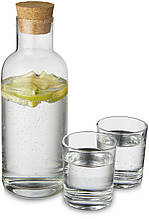 Витончений графин зі скляними стаканами