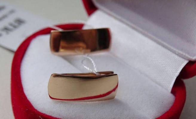 Стильные классические золотые серьги