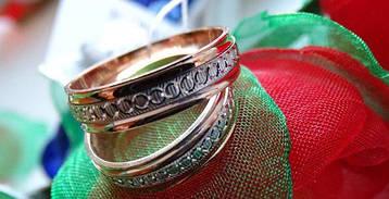 Золотое обручальное кольцо с белым золотом и лазерной гравировкой