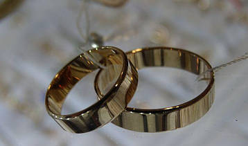 Золотое обручальное кольцо (европейка)