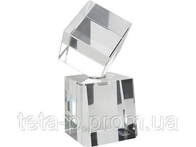 Награда «Куб» на постаменте
