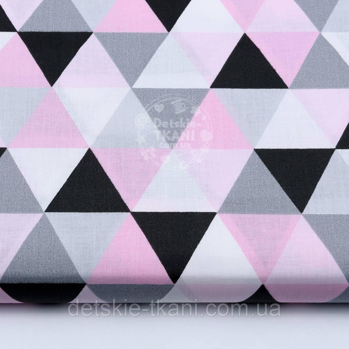 Ткань хлопковая с серыми розовыми и чёрными треугольниками (размером 4 см), №1658а