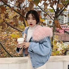 Куртка джинсовая короткая на подкладке из розового искусственного меха - 222-03, фото 2