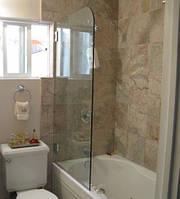 Скляна шторка на ванну
