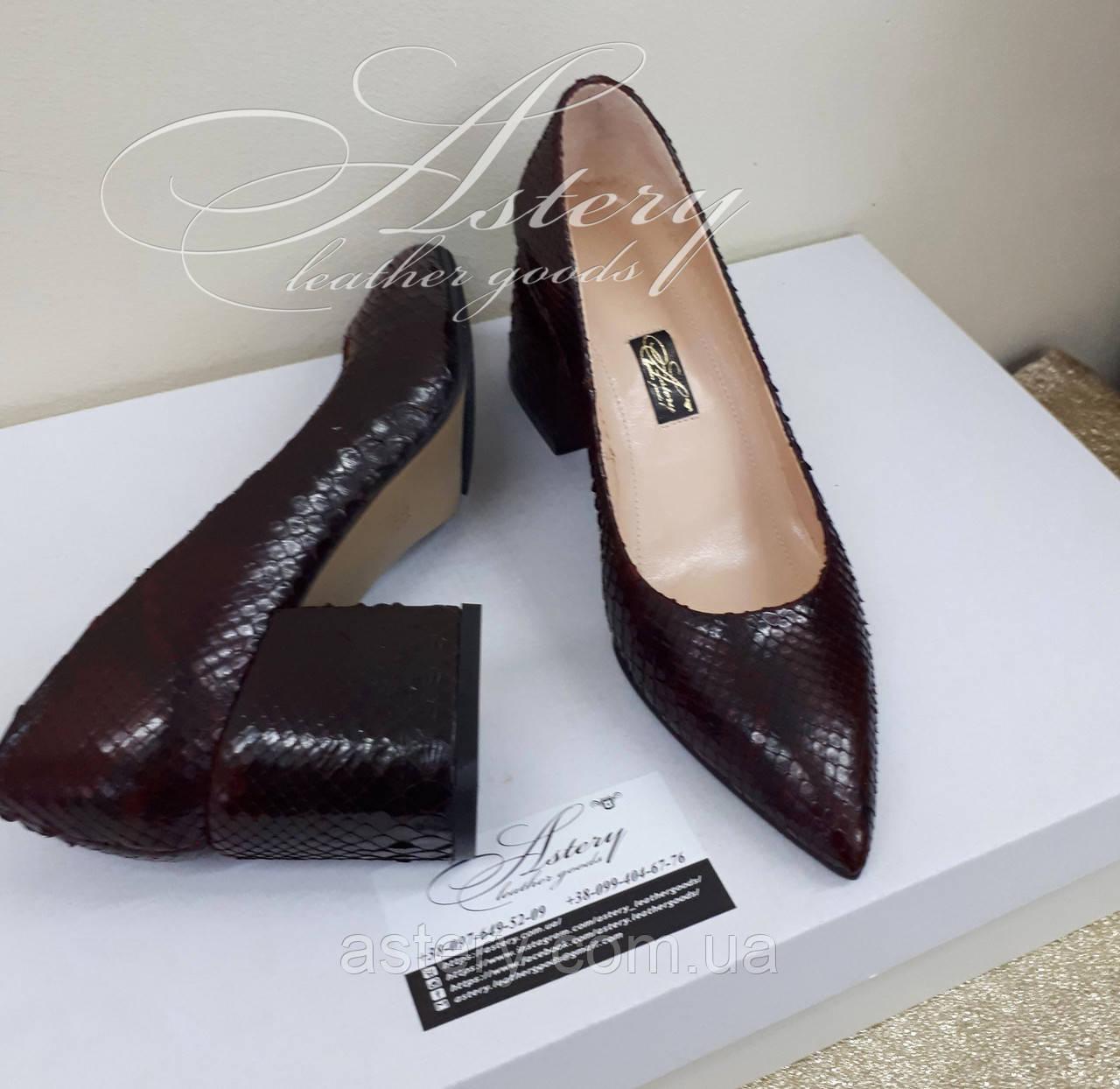 Женские бордовые туфли из питона на толстом каблуке